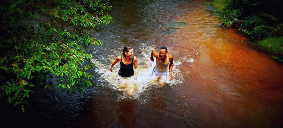 Disfrutando en un afluente del río Lekoli | Sawa Expeditions